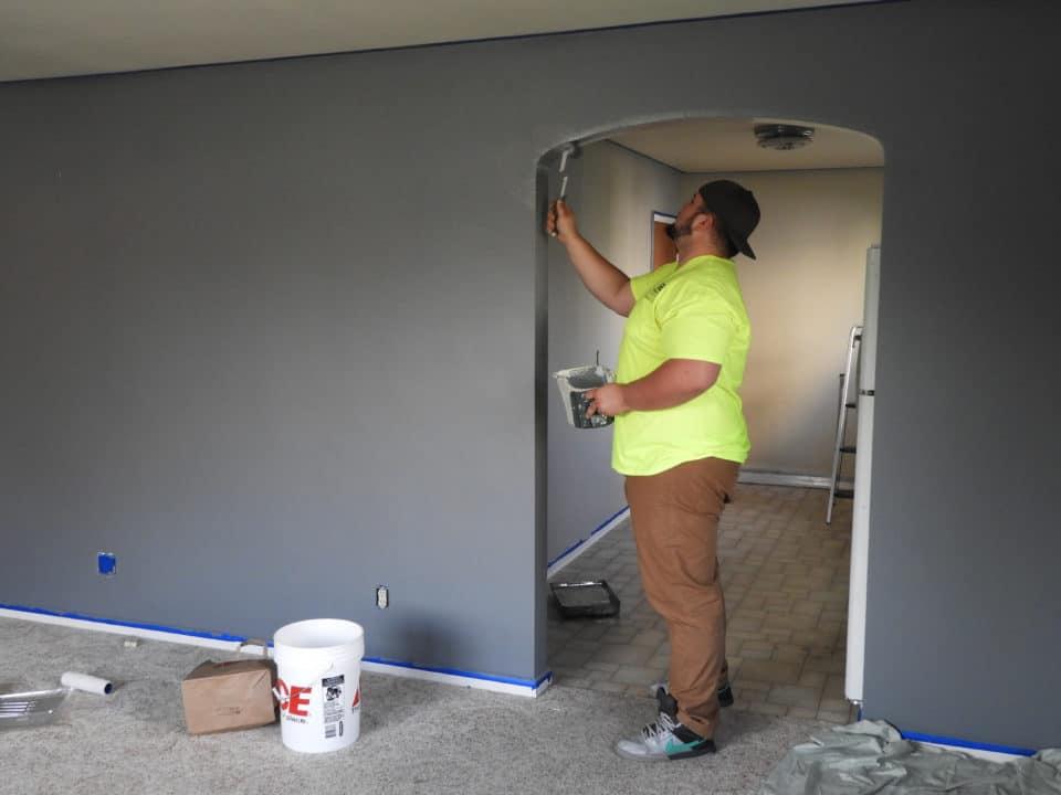 Pan maluje mieszkanie