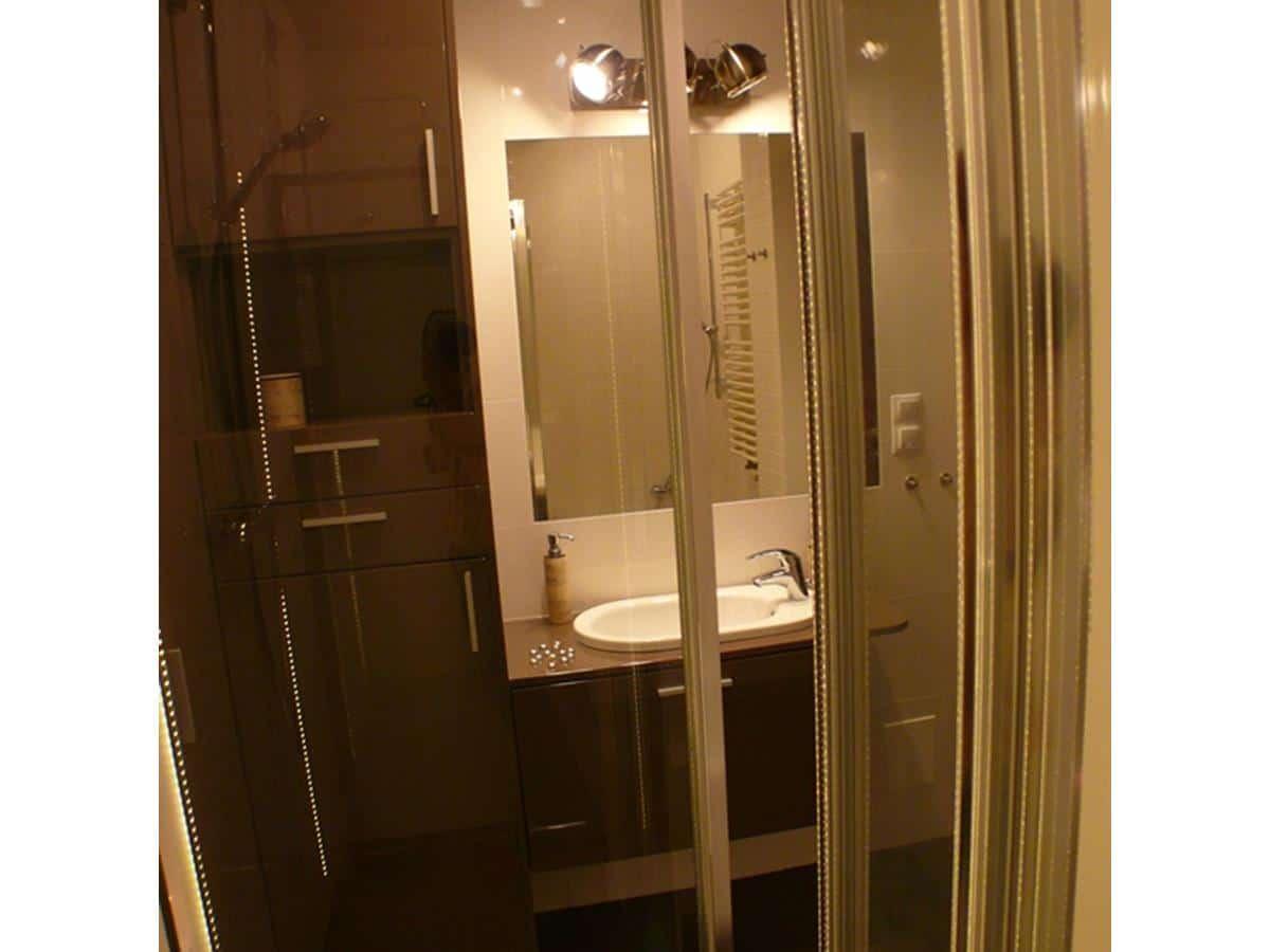 Architekt wnetrz - łazienka w bieli i czekoladzie