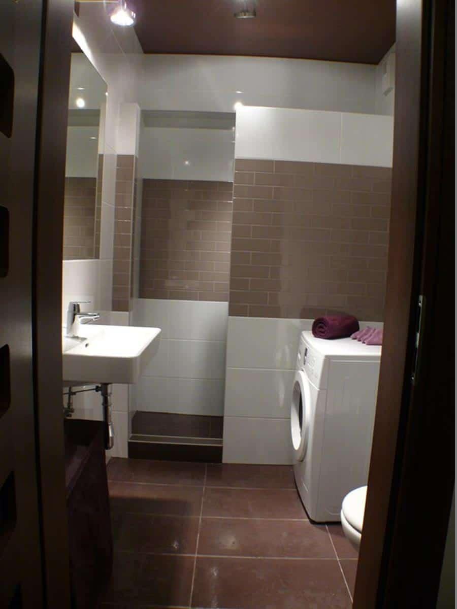 Urządzanie wnętrz - łazienka z sufitem w kolorze