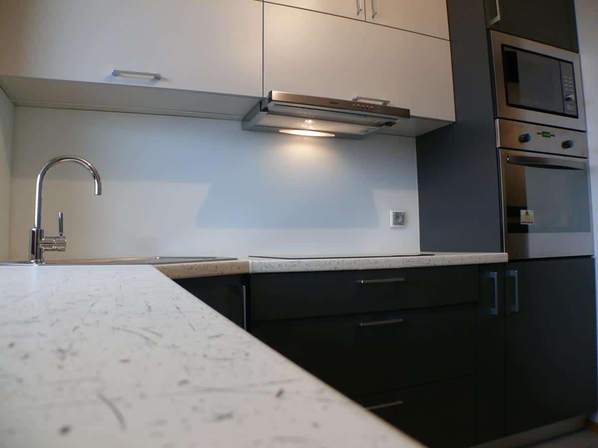 Architektura wnętrz - kuchnia w bieli i czerni