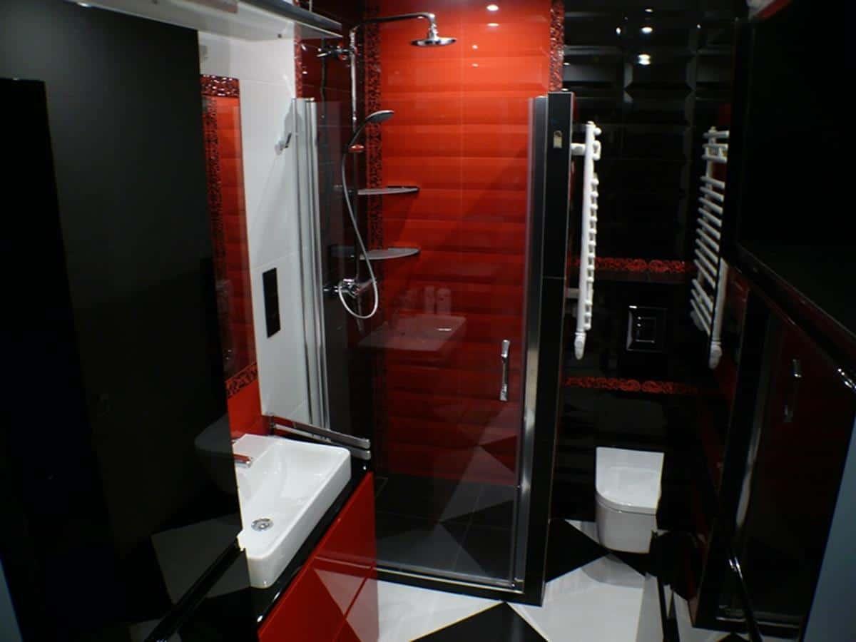Nowoczesne projekty wnętrz - łazienka w czerni i czerwieni