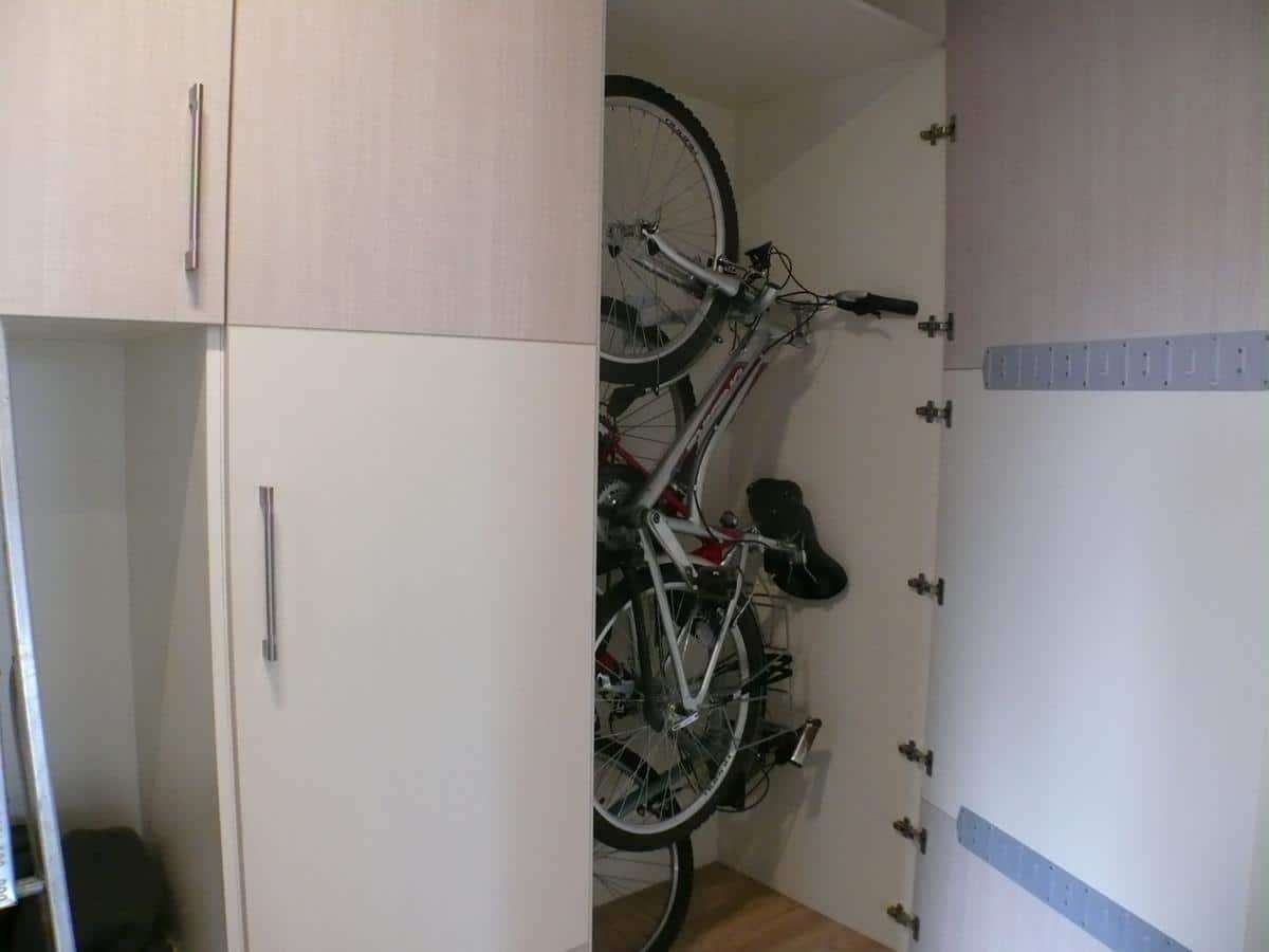 Projekt mieszkania - przedpokój z miejscem na rowery w szafie / zabudowa