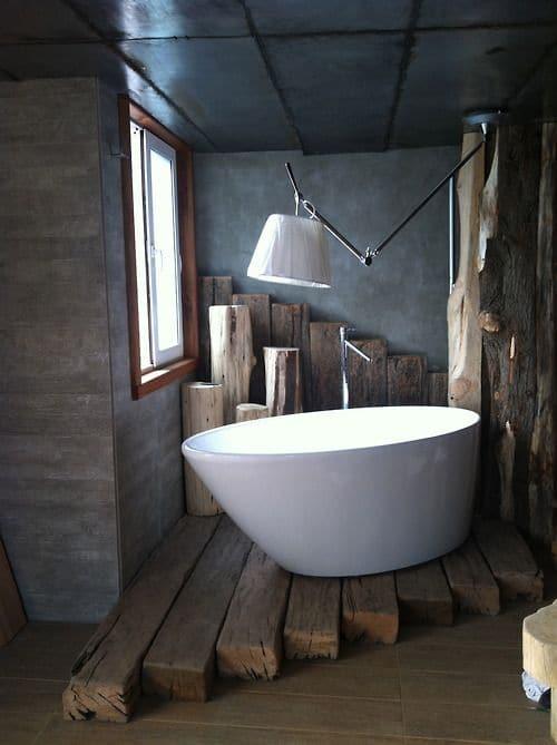 łazienka z drewnem w tle
